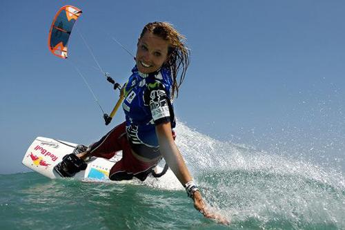 Susa Mai en duktig kitesurfing tjej